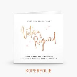 Koperfolie trouwkaart met sierlijke letters en hartjes