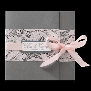 Stijlvolle trouwkaart van Belarto met roze strik en kant I 726077