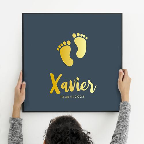 Poster geboortekaartje donkerblauw voetjes goud foliedruk