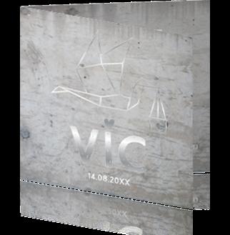 Zilverfolie geboortekaartje met origami ooievaar op beton achtergrond