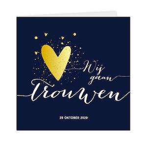 Goudfolie trouwkaart in blauw met hartjes
