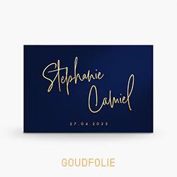 Trouwkaart goudfolie met sierlijke letters op donkerblauw