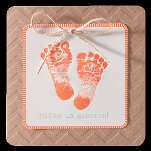 Lief geboortekaartje met oranje afdruk van babyvoetjes I 715101