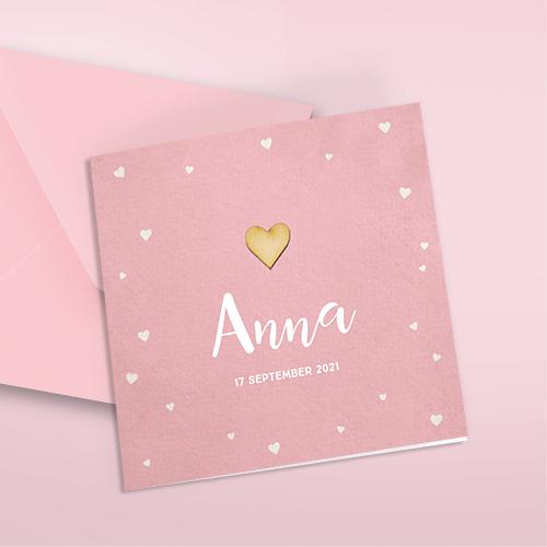 Stoer geboortekaartje met echt houten hartje op roze achtergrond