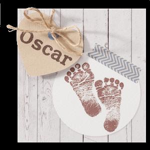 Stoer geboortekaartje met babyvoetjes en houtachtergrond I 715918