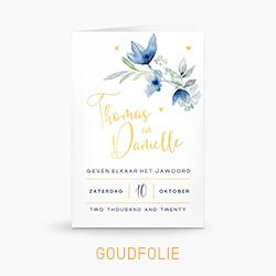 Trouwkaart goudfolie met blauwe aquarel bloemen