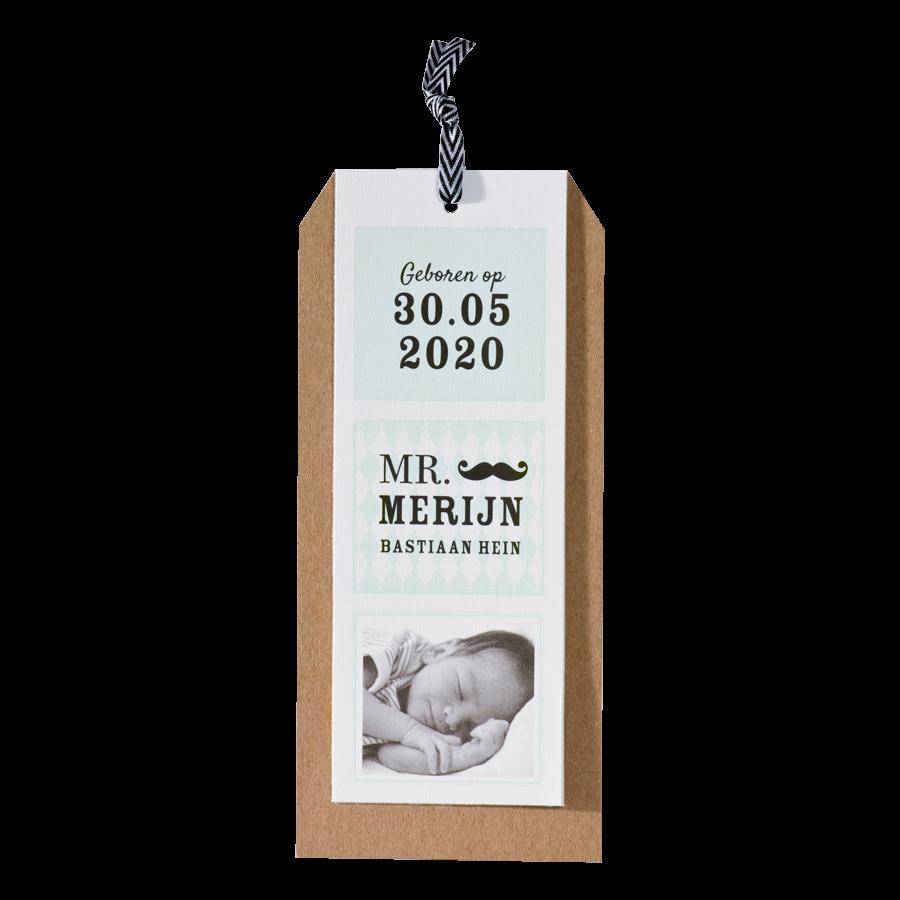Modern label-geboortekaartje van Buromac met snor en kraft I 586068