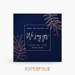 Koperfolie trouwkaart met koperen bladeren op blauwe achtergrond