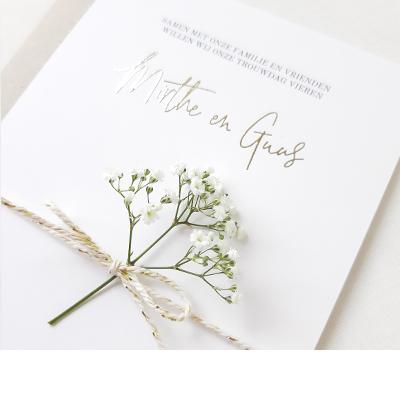 Trouwkaart maken met goudfolie, touwtje en takje