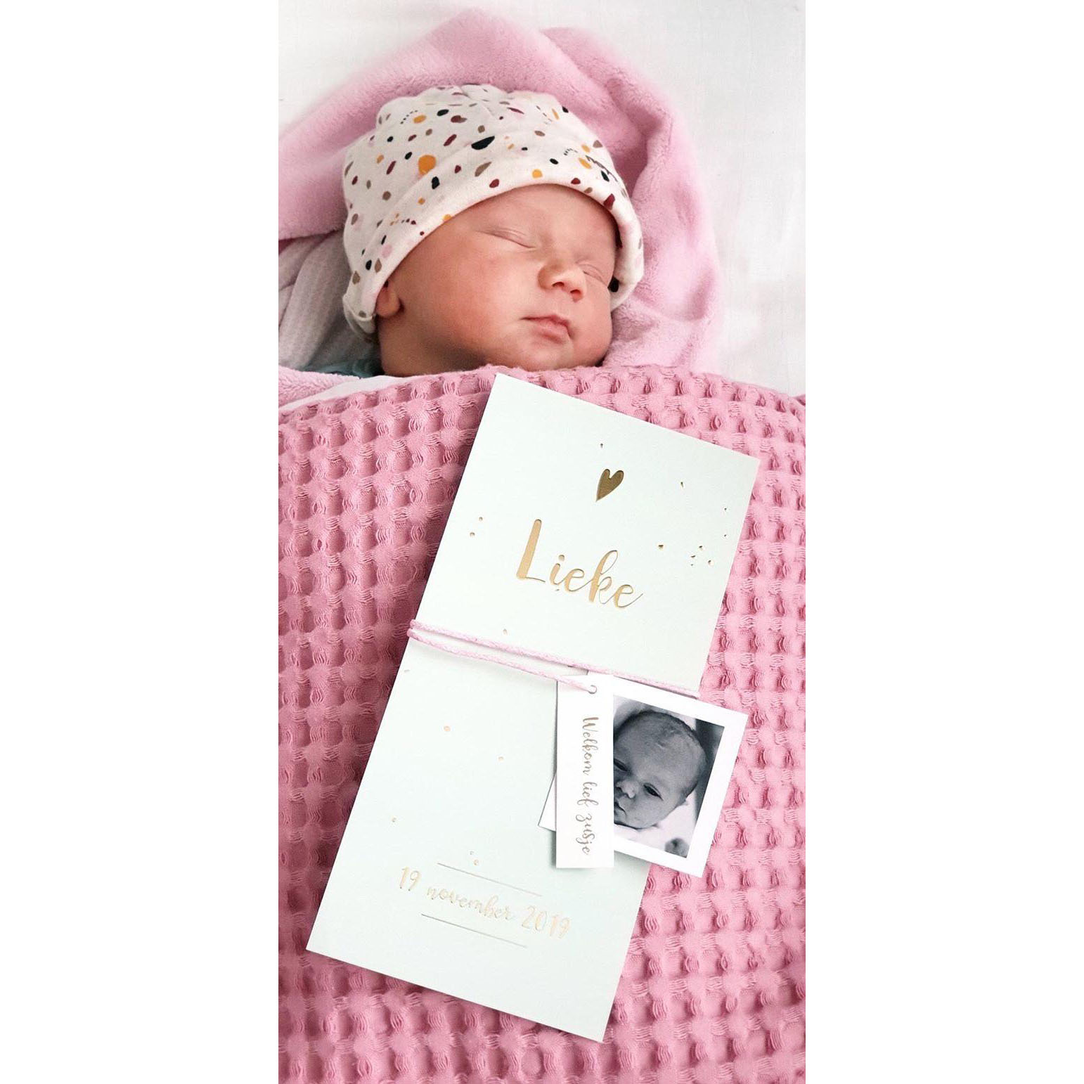 Goudfolie geboortekaartje op grijsgroene achtergrond